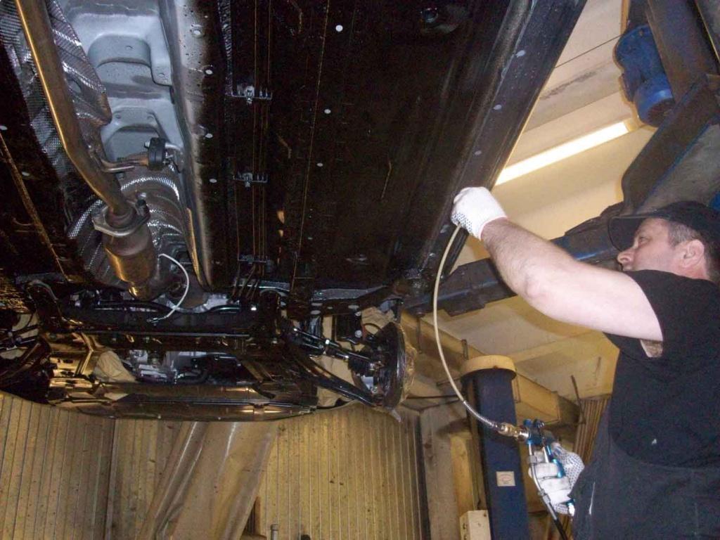 Чем обработать днище и арки автомобиля своими руками